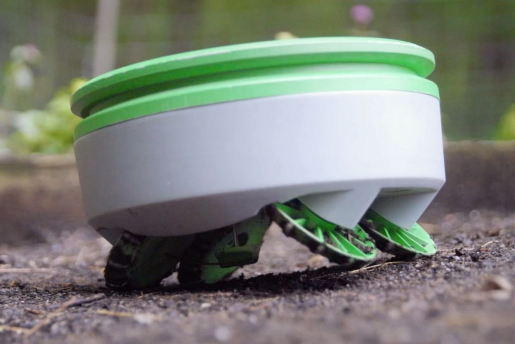 ربات خورشیدی در حال پیدا کردن علف هرز